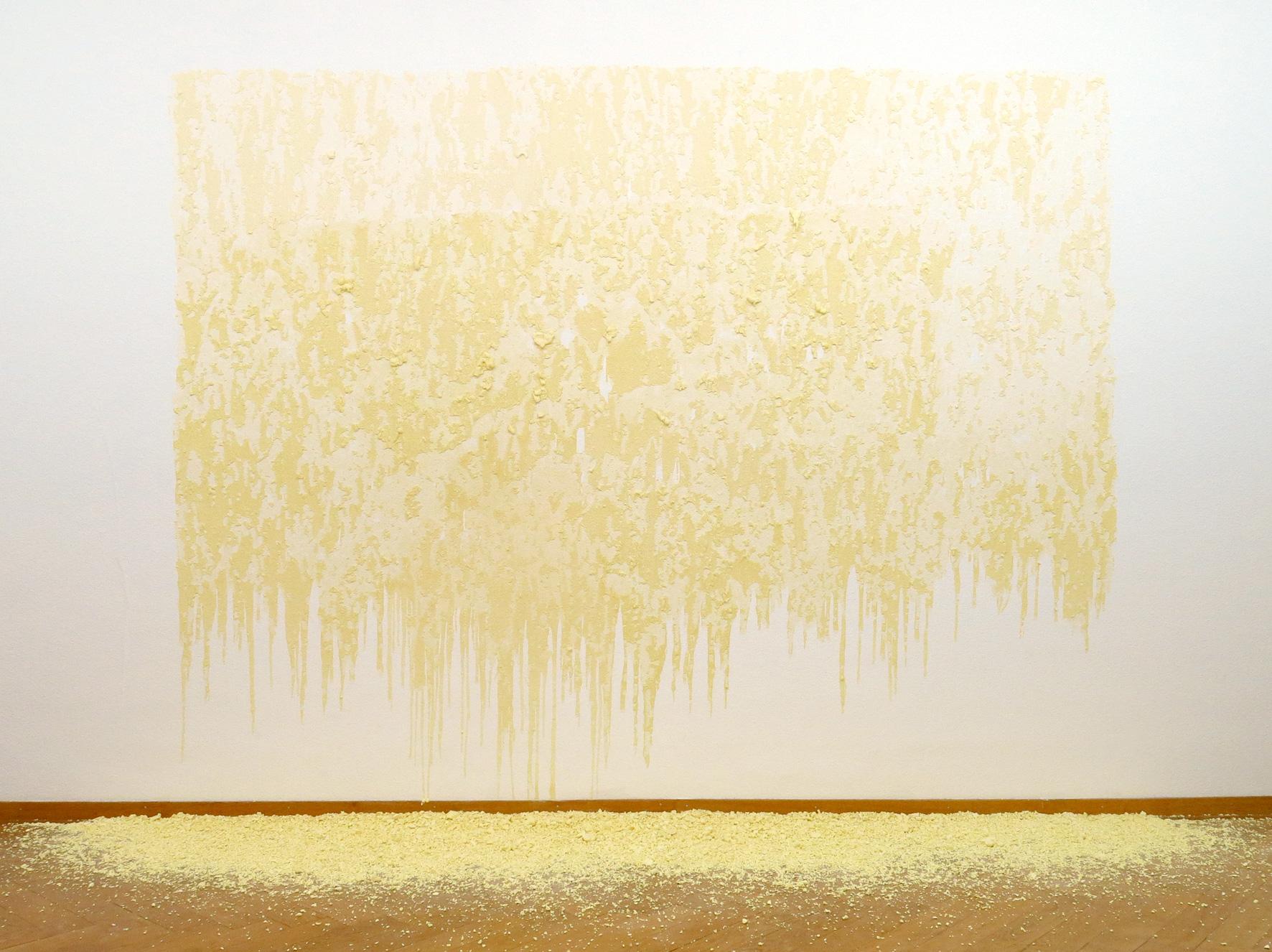 Franziska Baumgartner, Kunst, Installation auf Wand mit Maizena und Kurkuma