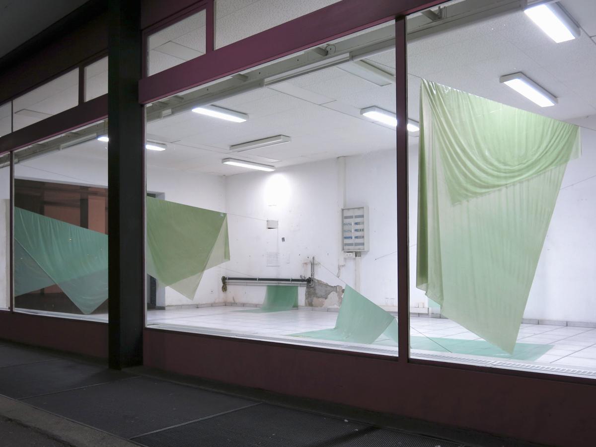 Franziska Baumgartner, Installation mit eingefärbten PVC-Folien im Ausstellungsprojekt Passage in Solothurn.